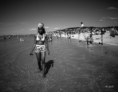 the beach #2 [On Explore] (Jack from Paris) Tags: leica shadow sea portrait bw sun mer angle noiretblanc femme wide rangefinder explore bimbo normandie monochrom capture mode bombe lightroom m9 deauville dng 10704 nx2 tlmtrique voigtlandercolorskopar21mmf