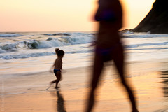 Jureia_106@20131115.jpg (Br@hl) Tags: sunset beach brasil kids canon outdoors 50mm sãopaulo 7d litoralnorte jureia brhl canon7d jureiadesaosebastiao brunoahlgrimm