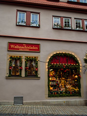 Der Weihnachtsladen (MikeAncient) Tags: christmas street city history germany geotagged bayern deutschland bavaria town franconia medieval historic christmasdecorations franken tyskland rothenburg middleages historia rothenburgobdertauber joulu mittelfranken kaupunki keskiaika katu christmasshop saksa joulukoriste kthewohlfahrt freistaatbayern historiallinen baijeri joulukauppa