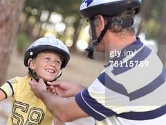 DAL ZOVO ARIANNA casco da bicicletta (grafico5c) Tags: sport tempolibero mezzobusto caucasico amorevole accudire 2persone ambientazioneesterna bambinodietscolare bambinomaschio