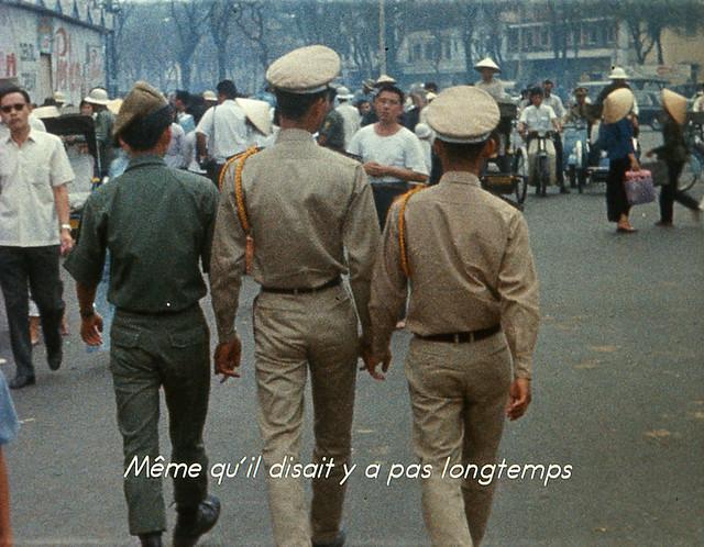 Loin du Vietnam (1967) - Góc Lê Lợi-Phan Bội Châu, gần chợ Bến Thành, hai SV sĩ quan Thủ Đức đi dạo phố vào ngày nghỉ cuối tuần