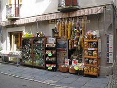 Per le vie di Orta 4. (frank28883) Tags: merchandise merce orta lagodorta ortasee novara lakeoforta prodottitipici ortasangiulio ortalake lacdorta negozioalimentari