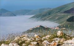 Castelluccio di Norcia (Luigi Alesi) Tags: 201606giugno sibillini italia italy umbria perugia castelluccio di norcia parco nazionale dei monti pian grande nebbia fog paesaggio landscape scenery natura nature montagna mountain nikon d750 raw