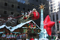 2013 Macy's Thanksgiving Parade (ELFATKAT) Tags: nyc cold parade macys ballons