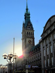 Morgensonne ~~ Hamburger Rathaus (relibu) Tags: deutschland hamburg rathaus strassenlaterne gegenlicht morgensonne hansestadt canong11