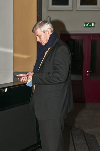 """Kamerkoor :""""Ton sur Ton"""", concert """"Dekkerswald"""", kapel """"onder de bogen"""","""" cris de l'enfer"""".  De bas Caspar Pompe checkt voordat het concert begint nog even zijn mails"""