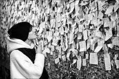 Verona, casa di Giulietta (messaggi d'amore) (kocinskij) Tags: blackandwhite love streetphotography verona amore biancoenero giuliettaeromeo julietandromeo 50mmcanon fotografiadistrada