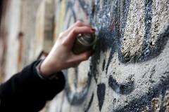 Pour la libert d'expression (WelcomeToHelenSWorld) Tags: portrait macro canon graffiti chat tag artiste pouvoir arme profondeurdechamps grandeouverture pourlalibertdexpression jesuischarlie