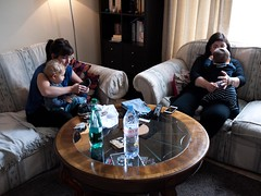 Pauline, Myriam et les enfants (Dahrth) Tags: baby london mother mothers livingroom londres salon bb mre mres microfourthirds panasoniclumixgf1 lumix20mm 20mmpancake gf120 lumixmicroquatretiers lumix43