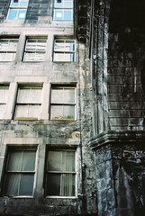 0093_08 (www.cjo.info) Tags: 35mm cowgate edinburgh europe europeanunion georgeivbridge kodak kodakportra160 oldtown pentax pentaxist pentaxk slr smcpentaxda40mmf28xs scotland unitedkingdom westerneurope analogue architecture autofocus bayonet bridge building citycenter decay film oldbuilding tenament urban window