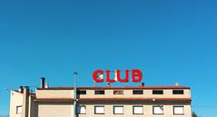 De lectura? (domibrez) Tags: azul club rojo carretera edificio cielo putas alterne