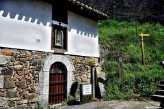 Talabidea. (Howard P. Kepa) Tags: paisvasco euskadi bizkaia ea viacrucis casa edificio ventana reja cruz vegetacion seales