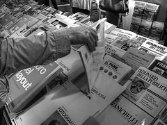 Gran Bazar (Giangaleazzo) Tags: mostra shop torino reading blackwhite nikon market libro books salone coolpix turin mercato piedmont exibition consulting buying fiera leggere vari comprare rassegna sfogliare p7100 assortiti