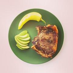 16 Ιουλίου, 70η μέρα, βραδινό: μοσχαρίσια μπριζόλα στο φούρνο, αβοκάντο, πιπεριά. #natachef #diet #dietry #dietporn #instadiet #instafood #food #foodie #healthy #dinner