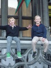 Oscar et Arnaud (patrick.andries) Tags: grandplace cousins bruxelles enfants sourire balustrade garçons