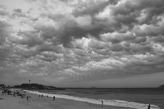 Praia do Arpoador - Arpoador Beach (adelaidephotos) Tags: sunset sea brazil people bw primavera rio brasil riodejaneiro mar blackwhite spring pessoas afternoon cloudy dusk pb prdosol nublado pretoebranco tarde springtime anoitecer arpoador pretobranco mariaadelaidesilva