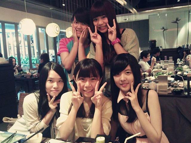 六年姐妹淘(右1)
