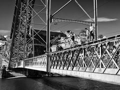 Juegos de nios (Pablo Germade) Tags: bridge blackandwhite bw playing byn blancoynegro portugal boys rio river puente olympus nios porto douro omd duero em5 pablogermade