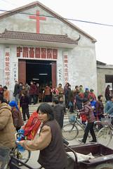 Na kerkdienst (Frans Schellekens) Tags: china church countryside cross religion churches service mass mis kerk gebouw anhui kruis platteland believers religie kerken kerkdienst gelovigen