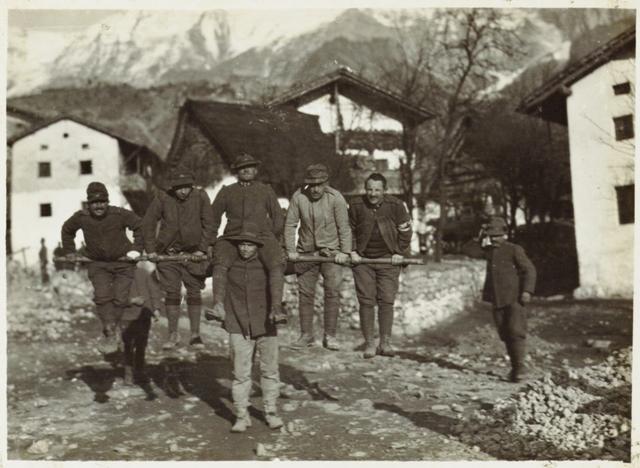 Monte Nero - un alpino che porta 5 persone, 1916, Roma Museo Centrale del Risorgimento