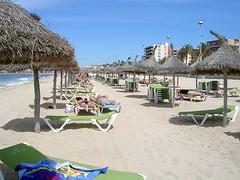 Mallorca - Playa de Palma - Strandleben (ohaoha) Tags: strand island spain sand wasser europa europe mediterranean south himmel insel blau mallorca sonne spanien majorca baleares balearen southerneurope schirme playadepalma balearic liegen sonnenschirme sdeuropa espano