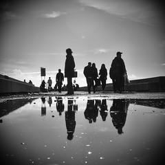 094.2016 (Francisco (PortoPortugal)) Tags: 0942016 20160319fpbo27922 silhuetas silhouettes gua water pessoas people reflexos reflections square quadrada pb bw fozdodouro porto portugal portografiaassociaofotogrficadoporto franciscooliveira