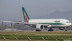 Boeing 777-243ER / Alitalia / EI-ISD (Vicente Quezada /// Photography) Tags: chile old santiago aviation boeing alitalia scl livery aviacin taxing b777 b772 777243er scel eiisd