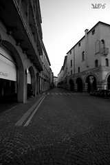 Via Umberto I, Prato Della Valle, Padova (Davide Anselmi) Tags: bw blackwhite italia alba bn via biancoenero padova pratodellavalle centrostorico 2016 davideanselmi