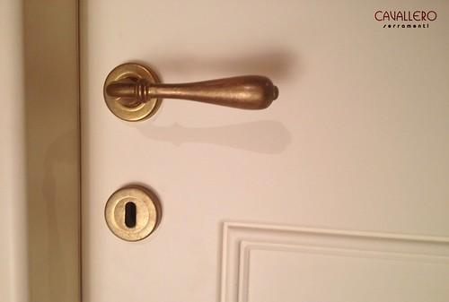 Dettaglio di una maniglia di porta interna Ghidini 900