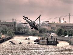 Rettungshubschrauber beim Hafengeburtstag (Strandgutsuche) Tags: hamburg f18 elbe hafengeburtstag flugschau rettungshubschrauber 13200sec