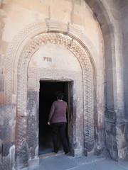 Armenia. Monasterio de Khor Virap. Se sale del monasterio caminando de espaldas (escandio) Tags: armenia 2014 khorvirap monasteriodekhorvirap