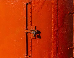 Couches de peinture... (coats of paint) (Larch) Tags: shadow red rouge iceland cadenas paint ombre peinture padlock islande stykkisholmur coatsofpaint snaeffellsnes couchesdepeinture pninsuledesnaeffellsnes
