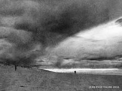 Trois (JEAN PAUL TALIMI) Tags: bw mer texture beach nature monochrome statue solitude noir noiretblanc sable nuages nuit brume lignes lumieres seul silouettes landes touristes sudouest aquitaine biscarrosse talimi