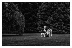 Lecture (Les_Pas_Presses) Tags: nature couple femme jardin humour explore amour abandon paysage campagne arbre bonheur genre homme amoureux noirblanc mystre tamron28300 matriel oeilouvert lespaspresss nikond750
