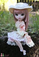 Countryside lady (Shamujinn) Tags: pink grass hat rose lady garden hair countryside doll jardin straw siamese full wig chapeau groove cancan pullip dame fc campagne extrieur custo herbe paille poupe siamoise obitsu junplanning rewigged cancanjseries shamujinn