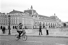 Cycling in the beautiful Paris (DomiDine) Tags: leica blackandwhite paris film analog vintage photography noiretblanc kodak candid trix streetphotography d76 35mmfilm vlo leicam6 photoderue zeissbiogon