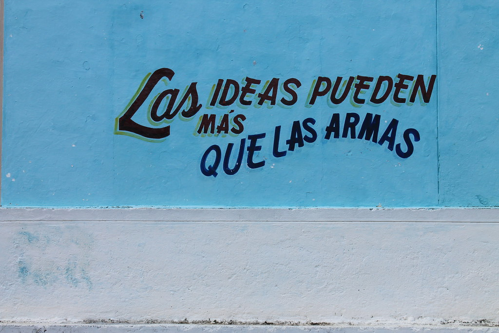 An image of graffiti in Cuba which reads 'Las ideas pueden mas que las armas.'