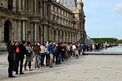 Waiting for Mona Lisa (Arnolt S.) Tags: people paris france 35mm frankreich louvre architektur nikon3518 nikonafs3518g
