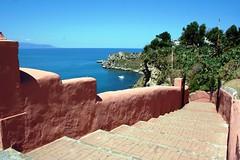 IMG_8849 - ammare, ammare  ! (molovate) Tags: panorama muro digital canon eos 350d mare riva vista scala sicilia paesaggio messina grotta golfo santantonio milazzo stretto gradino discesa volate tafme santuariosanantonio