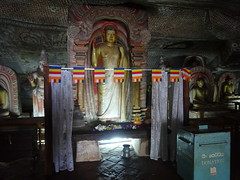 Cave temple, Dambulla (Ronald van Beuningen) Tags: vakantie srilanka goldentemple dambulla cavetemple grottempel goudentempel
