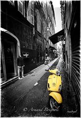 Le scoot jaune (armandbrignoli) Tags: jaune ruelle scoot street ville nice vieux bw noir et blanc canon 5dsr