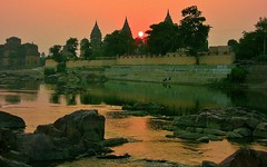 Chattris am Ufer des Betwa-River, am Abend, 14009/6848 (roba66) Tags: city travel india building history tourism monument arquitetura reisen asia asien platz urlaub capital tomb places visit historic explore mausoleum stadt architektur historical indien inde historie voyages geschichte grabmal orchha northernindia kulturdenkmal chhatri tikamgarh betwariver pradesh roba66 madhya indiennord kenothaps indienchattrisinorchhaamabend