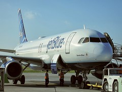 "jetBlue N657JB ""Denim Blue"" (kenjet) Tags: california blue ramp jet longbeach airbus lgb jetblue arrival baggage klgb a320 longbeachairport unloading b6 a320232 denimblue n657jb"