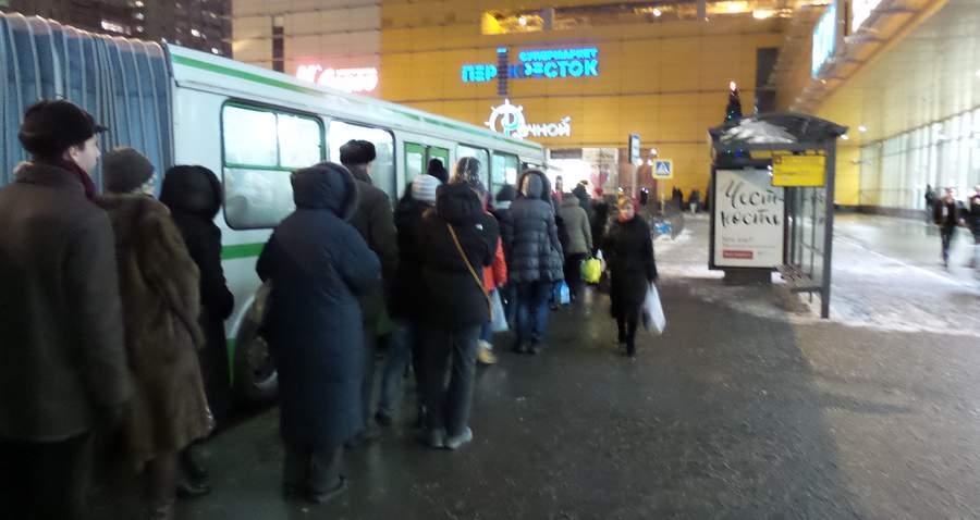 Посадка в 233-й автобус на метро «Речной вокзал»