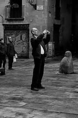 un fotgraf (Dani Alvarez Caellas) Tags: barcelona portrait blackandwhite bw man blancoynegro home monochrome photographer streetphotography blancinegre seor plaadelrei candidportrait candidphotography barrigtic ciutatvella robat robado