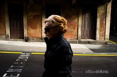 Cercado por la indiferencia (A 50mm del Mundo) Tags: winter espaa color persona calle mujer europa gente pueblo amarillo urbana streetphoto invierno 20 mes jueves da bizkaia ao febrero euskadi olvido vizcaya estacin mortal abandono tiempo fotografa 2014 getxo algorta geografa serhumano nubesyclaros fujifilmx100 diegojambrina