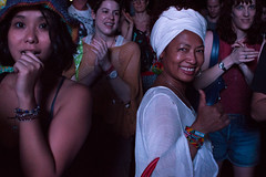 Antoinette Rootsdawtah (simmosimpsonphotography) Tags: crowd audience thumb up thumbs clapping white head scarf