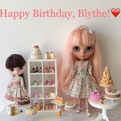 Happy birthday Blythe! (Blythe et moi) Tags: birthday polymerclay blythe 16 miniaturefood customblythe neoblythe playscale blythedress lydiagreen playscalecakes middieblythe