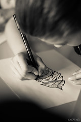 Le dessin (LACPIXEL) Tags: girl monochrome nikon flickr chica hand drawing main feather dessin mano inside pluma fx dibujo fille feltpen intrieur plume rotulador feutre d4s nikonfrance lacpixel