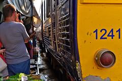 13-03-24 Thailandia (112) Bangkok R01 (Nikobo3) Tags: travel people color tren nikon asia bangkok ngc markets social viajes thailandia gentes culturas d800 twop mercados maeklong omot nikon247028 nikond800 flickrtravelaward nikobo josgarcacobo mercadomaeklong
